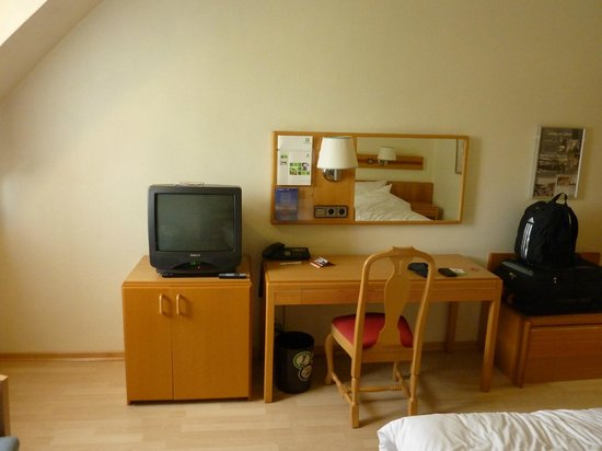 Holiday Inn Luebeck: Nice spacious room, antique television