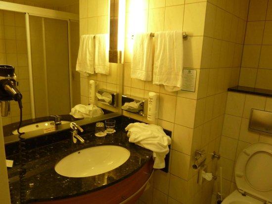 Holiday Inn Luebeck: spacious bathroom
