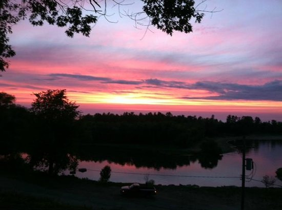 Lakefront Motel: Sunset from the bluff