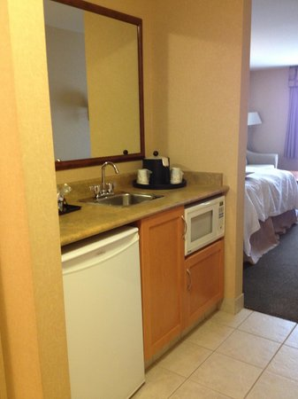 Hampton Inn by Hilton Kamloops: Fridge & coffee maker