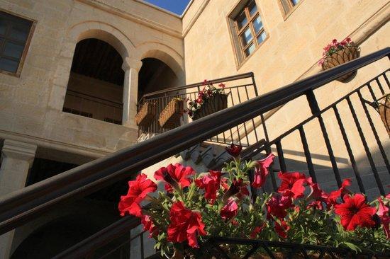 Fresco Cave Suites & Mansions: Entrance of room 304 - Kırmızı Room
