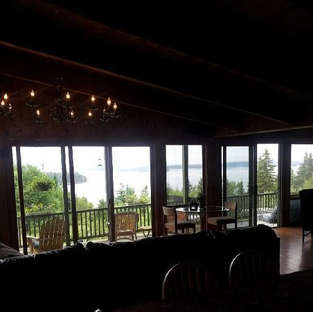Bluff House Inn : My poor picture of this beautiful great room.