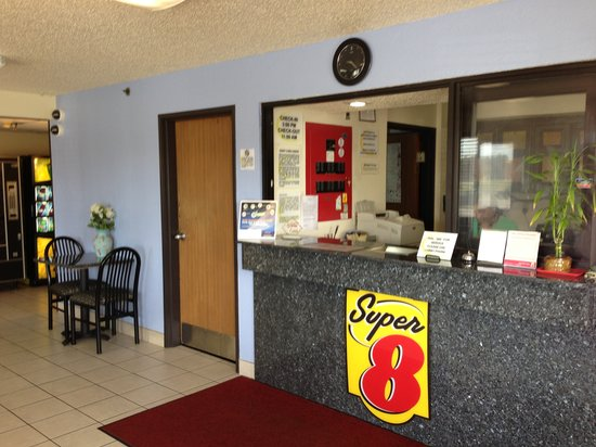 Super 8 New Castle: Lobby