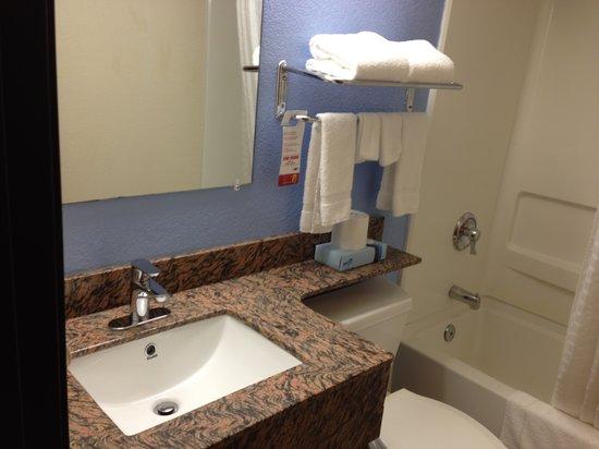 Super 8 New Castle: Bathroom