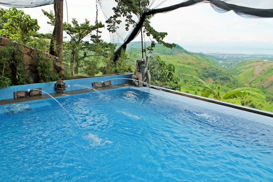 Loreland Farm Resort: Infinity pool overlooking most parts of Rizal