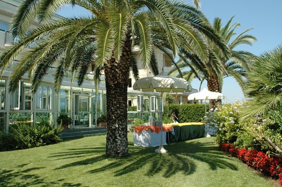 Hotel Ambasciatori: Lunch in the gardens........