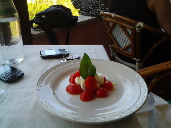 Colonna Country and Sporting Club : antipasto capresa a forma di nuraghe