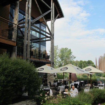 Hôtel-Musée Premières Nations: terraced restaurant