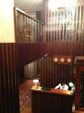 Burckin Suites Hotel: Front Desk