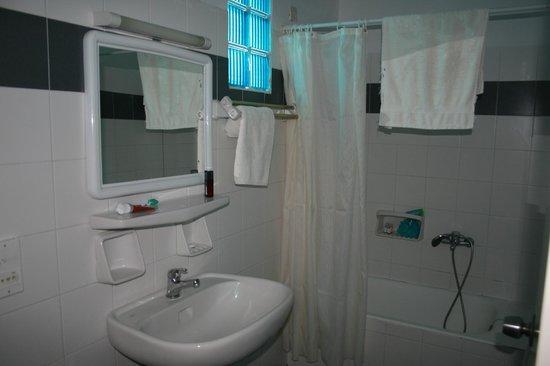 Kamari Beach Hotel: baño hab 23