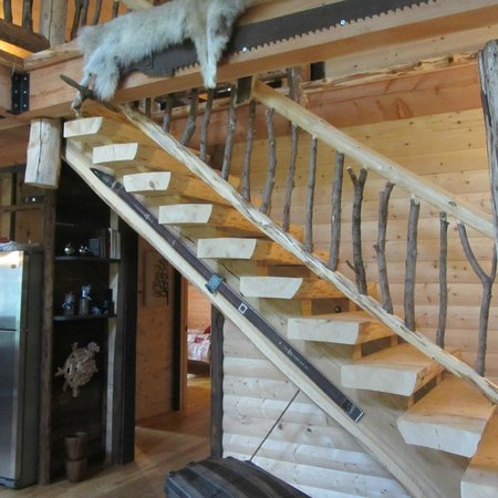 Les Chalets Spa Canada: Stairs to first floor bedroom