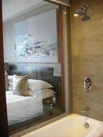 Beijing Friendship Hotel: Window view from bathroom to bedroom