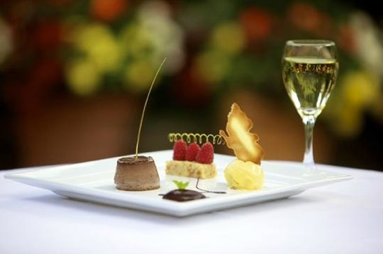 Greenhills Country Restaurant: Desserts and a glass of wine