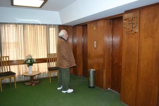 Hotel Del Jardin: Esperando el ascensor.