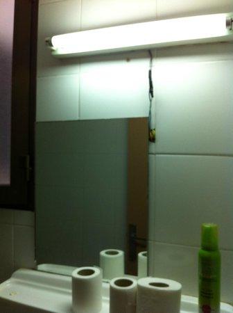 Hostal Pension del Mar : cables sueltos en el baño