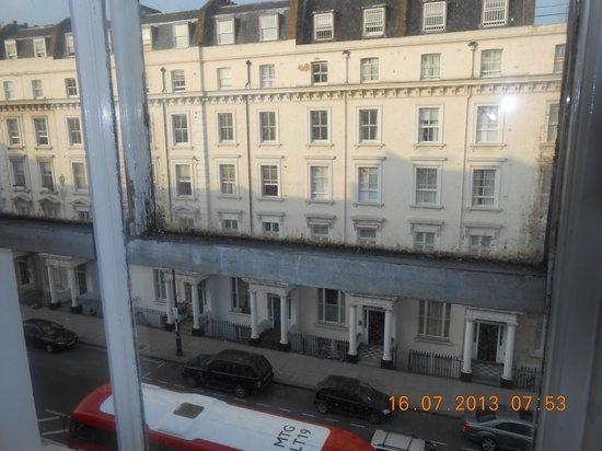 Astor Victoria Hostel : Vue de la chambre, fenêtre bloquée, sale et ancienne