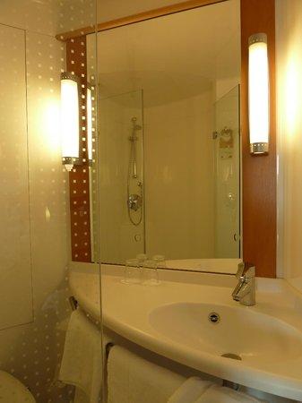 Ibis Belfast Queens Quarter: Shower through the mirror