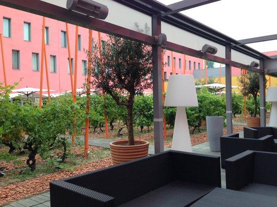Radisson Blu Hotel, Toulouse Airport: Courtyard bar-breakfast area