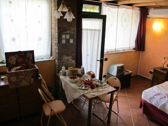 La Camaldola B&B: Room and entry