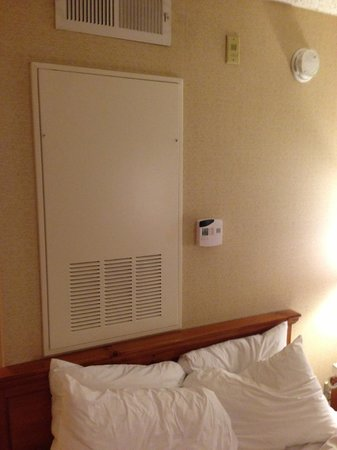 Homewood Suites by Hilton Atlanta-Peachtree Corners/Norcross: AC intake right above bed.