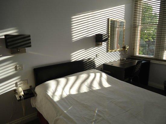 Hillingdon Prince Hotel: Bed & Desk