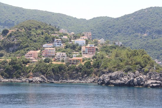 Anastazia Hotel: View of hotel from ferry arriving in Poros, Kefalonia