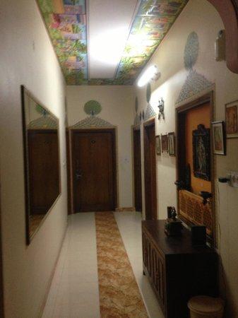 Sunder Palace Guest House: couloir RDC