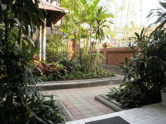 Pelasa Hotel : Binnentuin