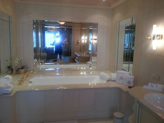 Royal Casino Spa & Hotel Resort: Huge bathroom