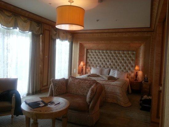 Royal Casino Spa & Hotel Resort: Huge Room