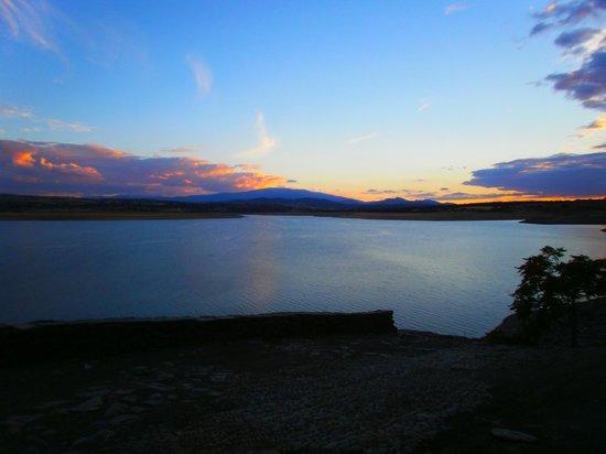 Salvatierra Rural: Lago Santa Teresa frente al hotel