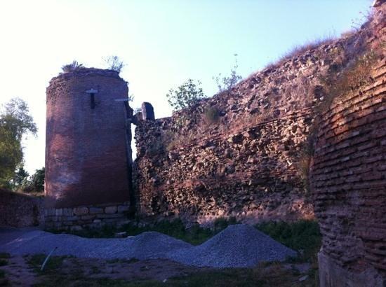 Cem Hotel: city walls