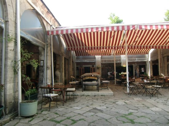 Caferaga Medresesi: Quiet courtyard for a snack