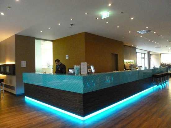 Hotel Motel One Frankfurt-East Side: Reception desk