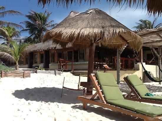 Piedra Escondida: Hotel vom Strand aus