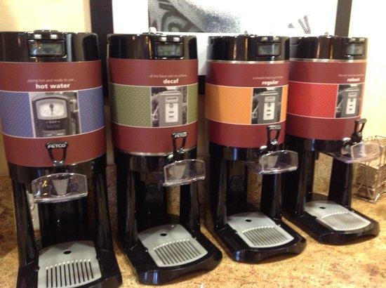 Hampton Inn & Suites McAllen: Café disponible en el desayuno y en el looby las 24 horas
