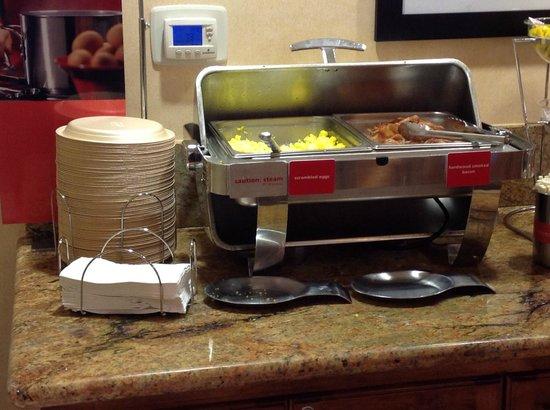 Hampton Inn & Suites McAllen: El plato principal del desayuno, huevos (hidratados) y tocino