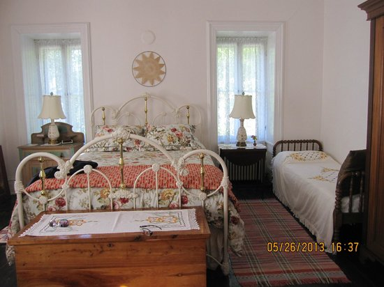 Manor Inn Bed & Breakfast : Nicely decorated bedroom where we stayed
