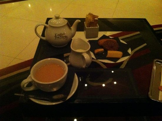 Courthouse Hotel: I had a cup of tea and a few bisquits in the lobby, to experience the british tea culture.
