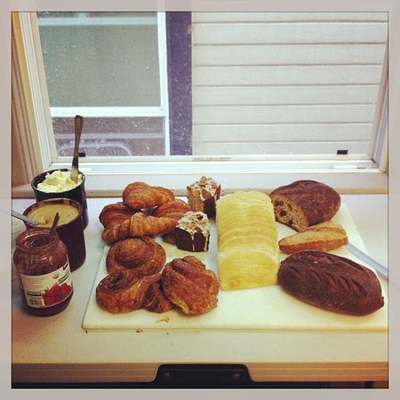 Hostelling International - Northwest Portland Hostel: Bread with jam and peanut butter for breakfast