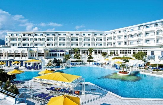 Anissaras, Grèce : Vue sur une des 3 piscines et chambre d'hotel