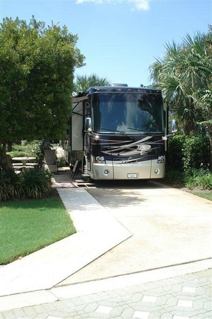 Destin RV Resort: Great landscaped shady patio areas on each site.