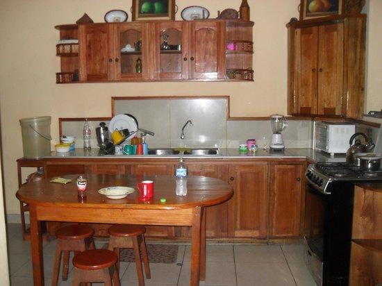 Hobo Hideout Hostel: kitchen