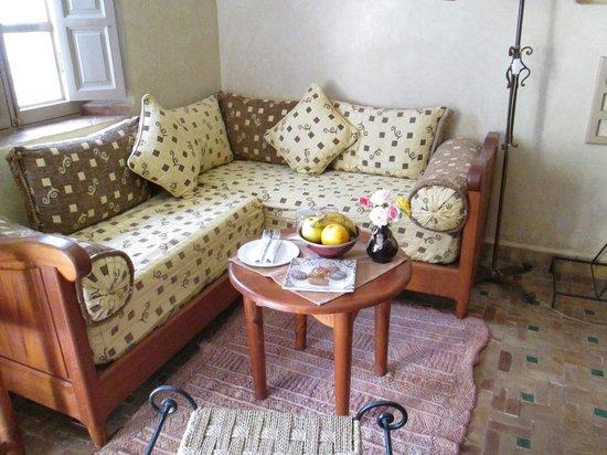 Hotel Dar Zitoune: salon chambre