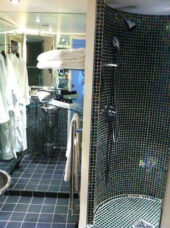 Hotel Cafe de Paris: Salle de bain Junior Suite