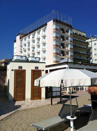 vista dell'hotel baia marina dall'ombrellone