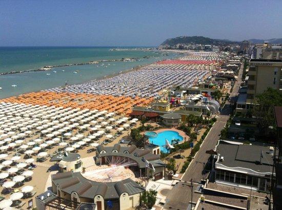 Hotel Baia Marina: vista dal terrazzo/campo da tennis dell'hotel