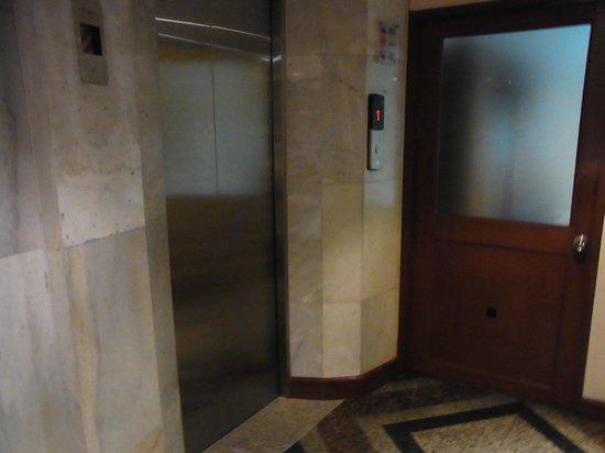 City Lodge Soi 9: エレベーターホール