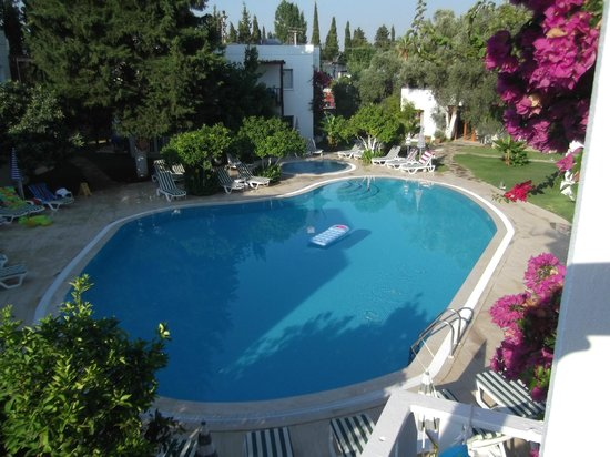 Meis Apart: view of pool from balcony