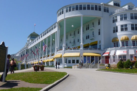 Sadie's Ice Cream Parlor: Sadie's is at the top of the hill at the Grand Hotel
